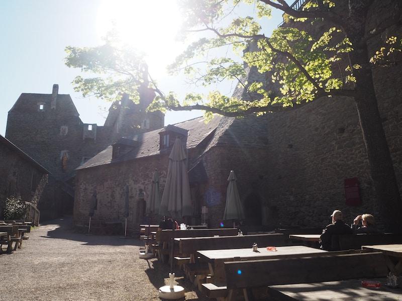 … lohnt im mächtigen Burginnenhof ...