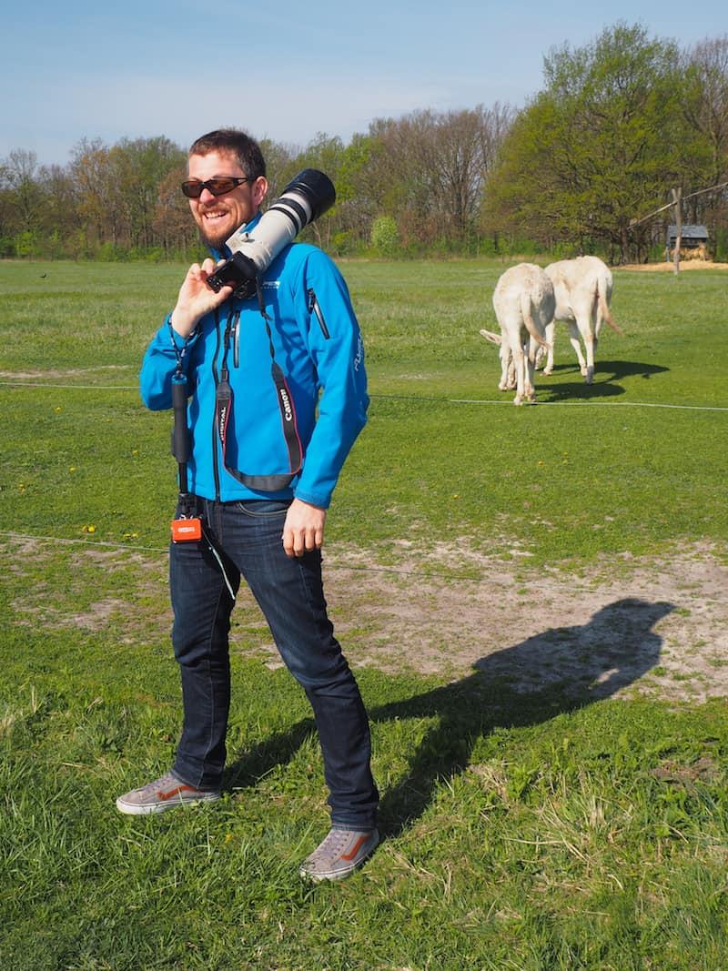 Stolzes Posing durch lieben Freund & Kollegen Jürgen von Lifetravellerz.com: Seht her, meine weißen Esel!
