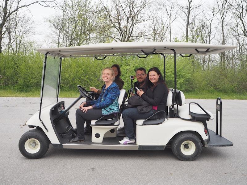 ... wie hier mit dem elektrischen Golf-Cart macht Spaß und trägt zur geringen Lärm- und Umweltbelastung auf dem Gelände bei.