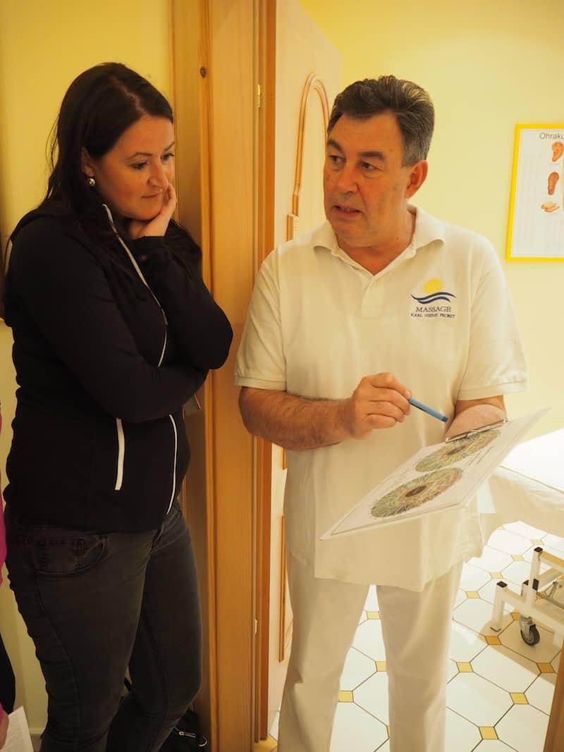 Nicht minder interessante Ansätze liefert das Team rund um Heinz Probst, ein Heilmasseur mit vorarlbergeschen Wurzeln, hier im Gespräch mit Christina aus Tirol über die Wunder der Iris-Diagnose.