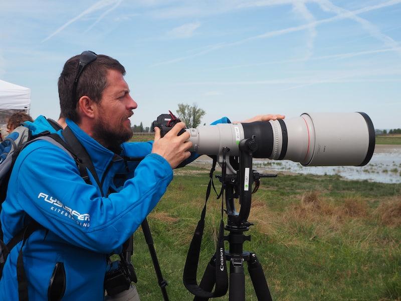 Jürgen versucht sich an den mächtigen Objektiven der Profi-Fotografen ...