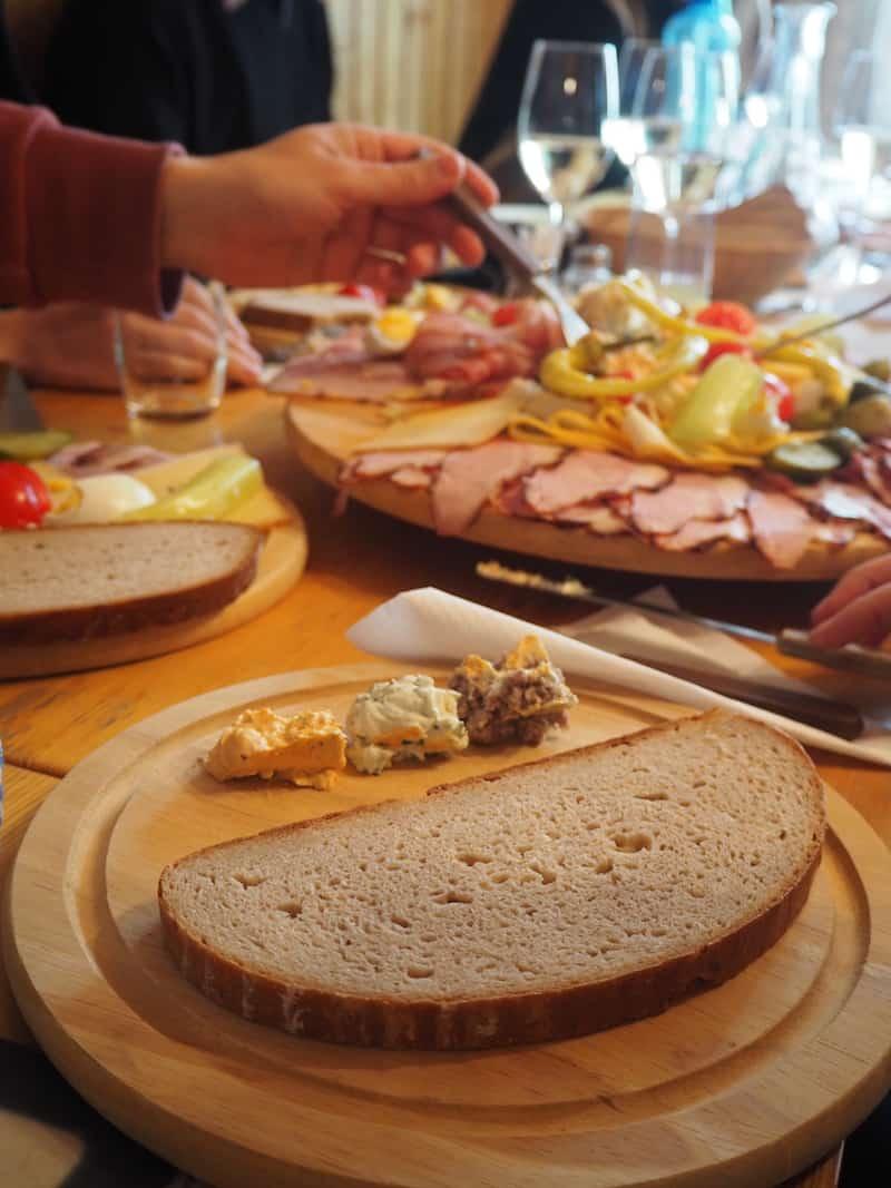 Mahlzeit mit echter Heurigen-Kost: Kein Besuch im Weinviertel ohne Heurigen, dem zentralen Angelpunkt der hiesigen Wein- und Genusskultur.