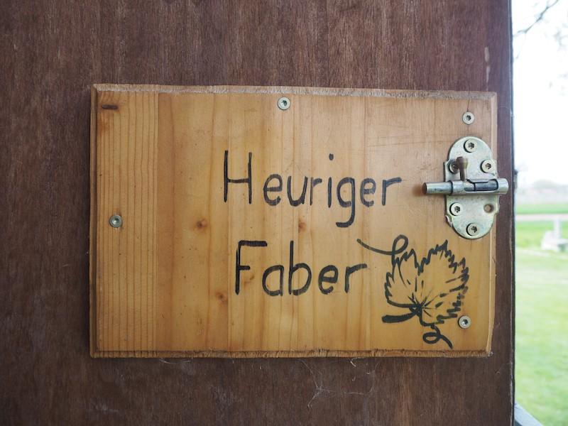 Mein Geheimtipp an dieser Stelle: Heuriger Faber. Guter Wein, gute Speisen, gute Lage: Mit Blick über die Landschaft und bis über Wien zum Schneeberg.