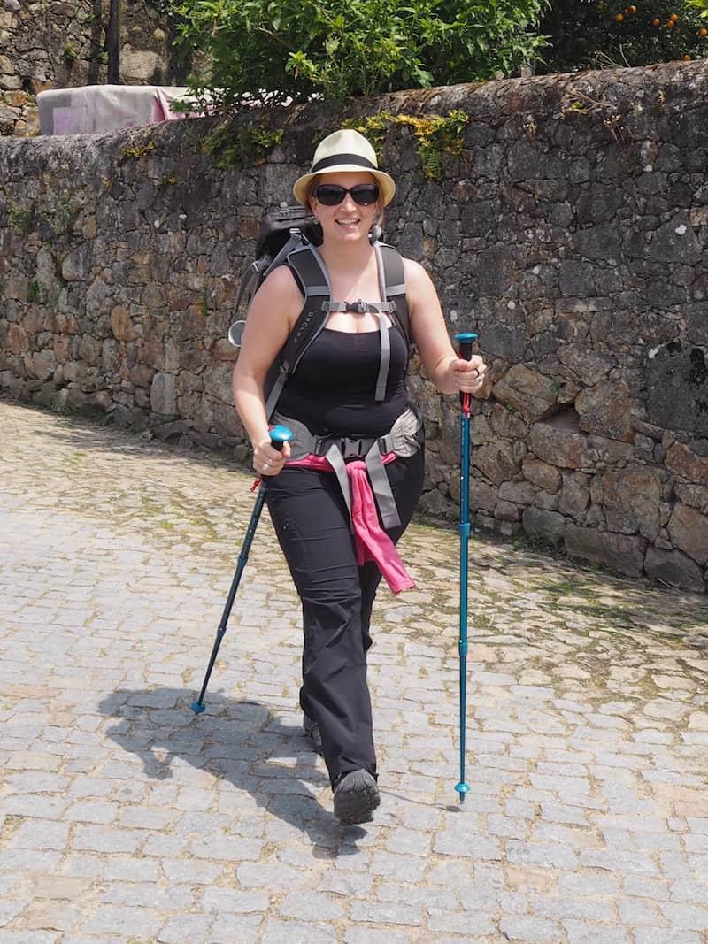 ... und schafft ein absolut essentielles Mode-Accessoire für den Camino-Komfort.!