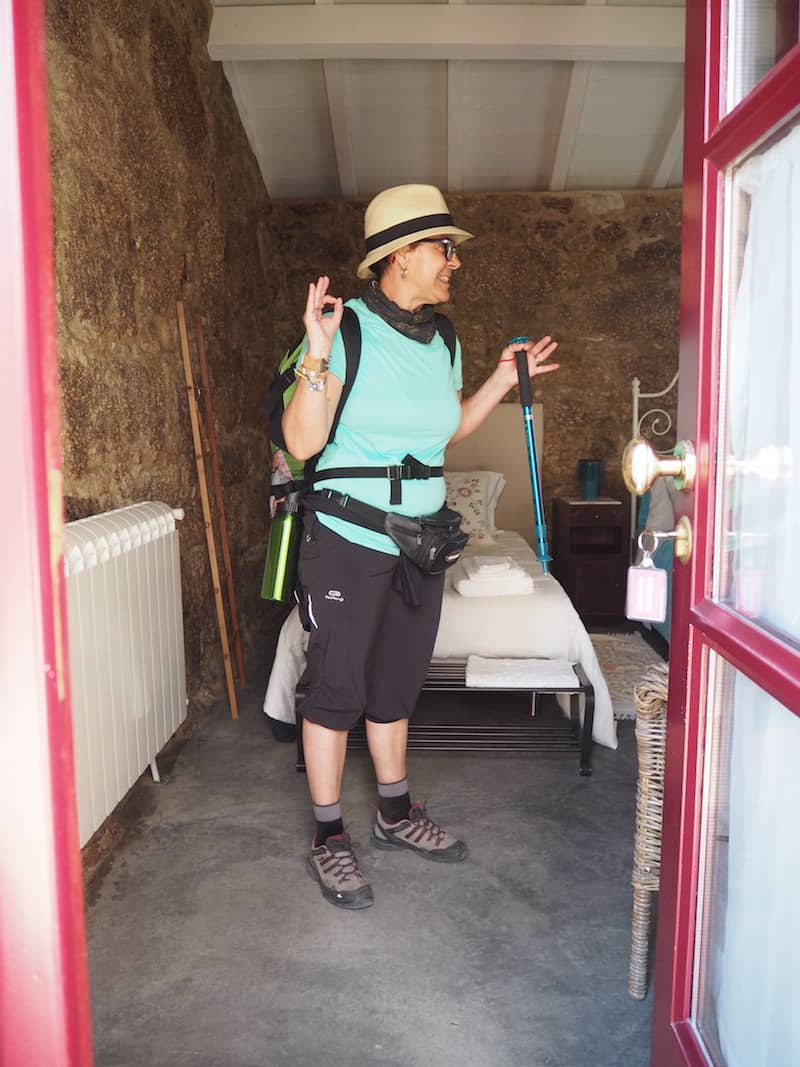 """Ankommen, aufatmen: Rita hebt den Daumen bei der Begehung unserer wunderschönen Landhaus-Unterkunft """"Quinta da Cancela"""" auf dem portugiesischen Jakobsweg."""