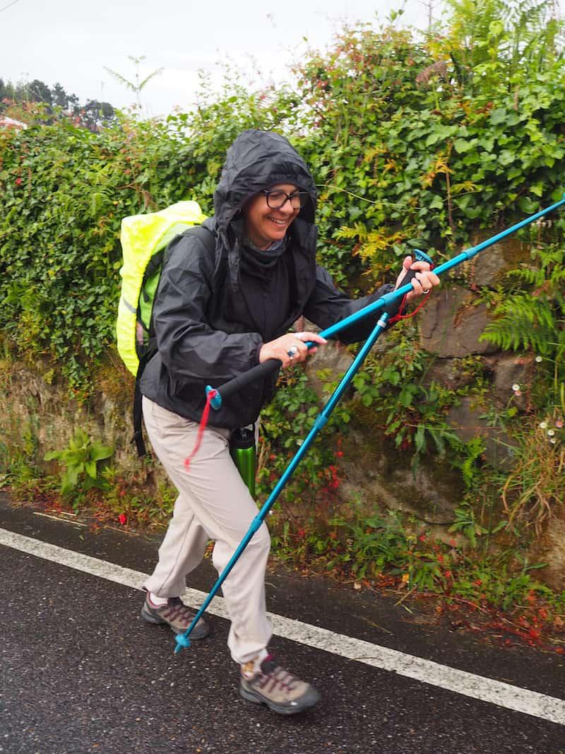 """... bis uns in der zweiten Woche streckenweise """"die Elemente"""" einholten: Unterwegs mit Regenschutz & meines Erachtens unverzichtbaren Wanderstöcken."""