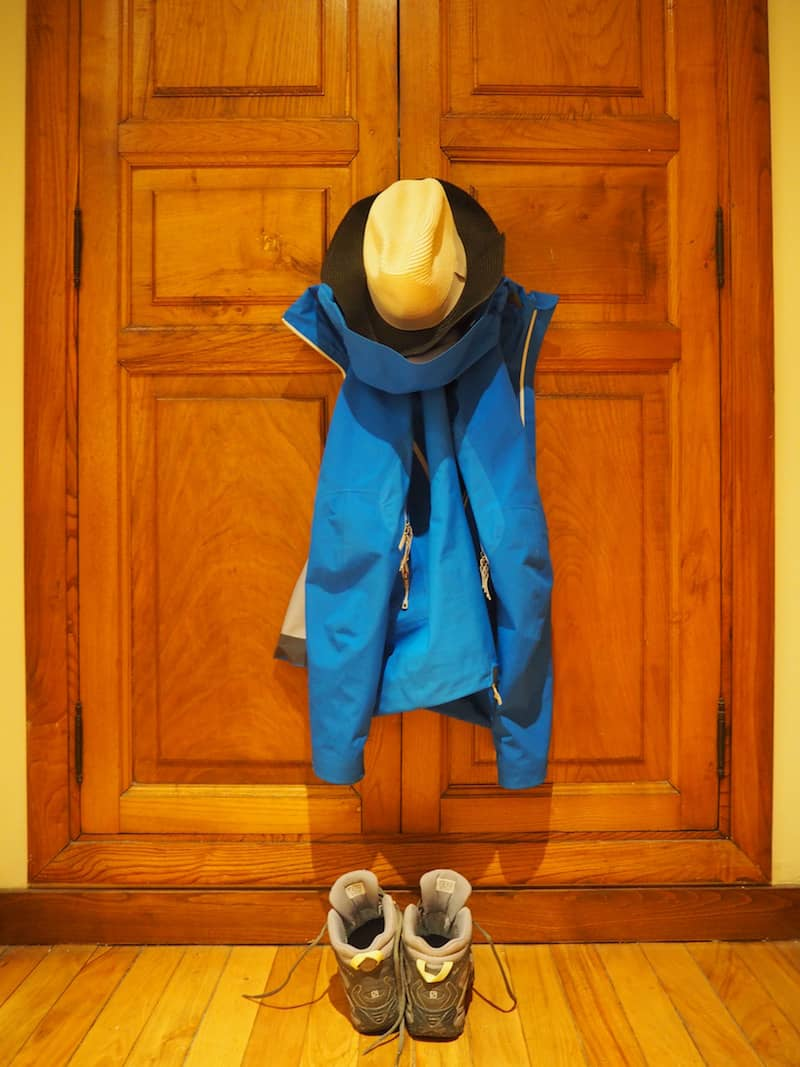 Essentiell geht es weiter: Schuhe, (guter) Regenschutz, sprich Regenjacke, und Sonnenhut. Dazu gleich mehr.