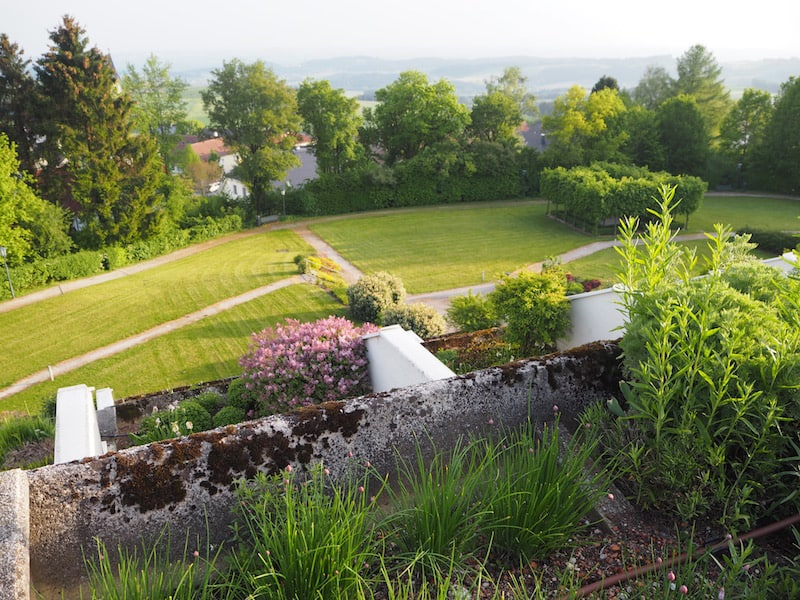 Am nächsten Morgen lockt die doppelt betörende Aussicht vom Kräuterbeet des Balkons: Duftend und weit ist der Blick über das sanfte Hügelland des südlichen Mühlviertel.