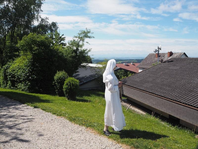 """Nach meinem Gesundheits-Peeling am Morgen unternehme ich noch einen Spaziergang und treffe dabei erneut auf Schwester Christiane, deren weiter Blick ihre ganze Sehnsucht gilt. Ich verstehe: """"Hier muss man einfach frei werden ...!"""" Liebe Marineschwestern, wir kommen wieder !!"""