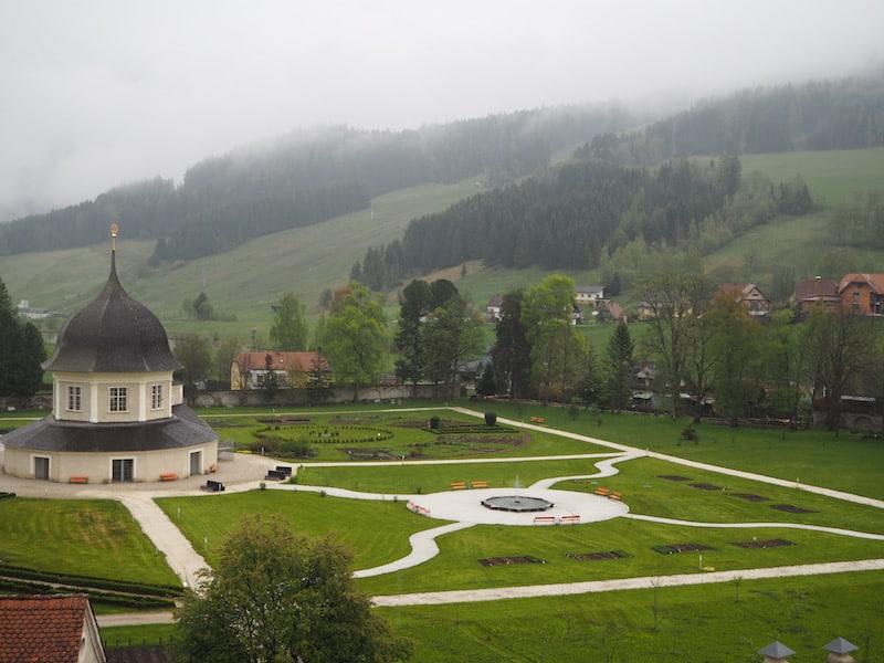 Blick auf den Garten des Stiftes inmitten der wildromantischen Landschaft der Weststeiermark.