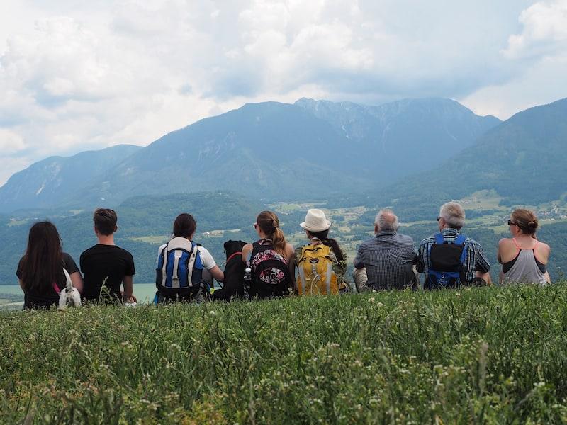 Wie die Hühner auf der Stange sitzen, beobachten wir genüsslich unseren Tagesverdienst: Blick auf die bemerkenswert Bergwelt ringsum - und die Paraglider, selbstverständlich.