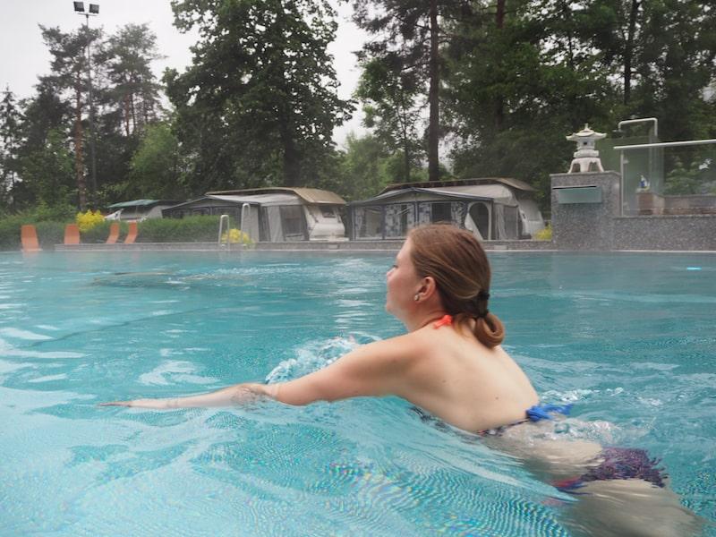 Lucia und ich stürzen uns gleich mal ins bedampfte (beheizte) Schwimmbecken ...