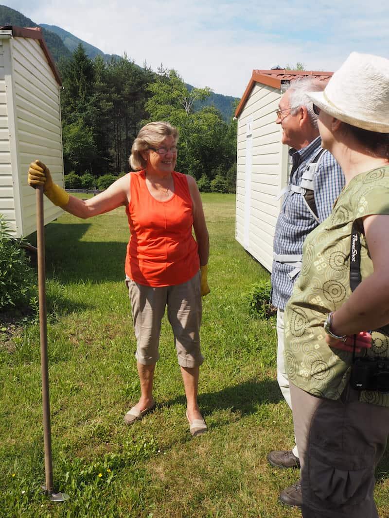 """Überhaupt sind sie ein rüstiges, unternehmerisches Völkchen die Kärntner hier: Am Morgen vor dem Wandern treffen wir Katharina's Mama, rüstige 80 Jahre alt, bei der """"Gartenarbeit"""" neben unseren Wohneinheiten."""
