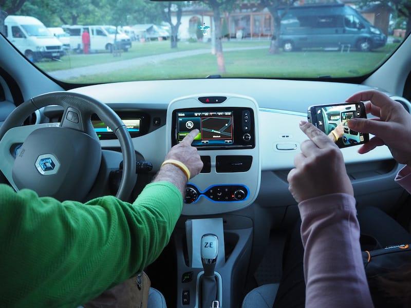 ... oder uns eine Spritztour in seinem Elektro-Auto zu geben - inklusive Mega-Beschleunigung, da kaum Gewicht und auf kurze Distanz überaus leistungsstark! Ich WILL (ein Elektroauto!).