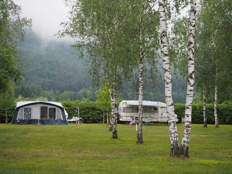... bis hin zum gemütlichen Grün des Camping Rosental Roz Campingplatzes ...