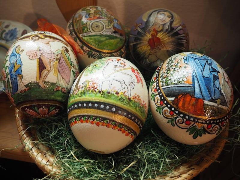 Zu den Werken, die Maria bemalt, gehören unter anderem diese wunderschönen Eier ...
