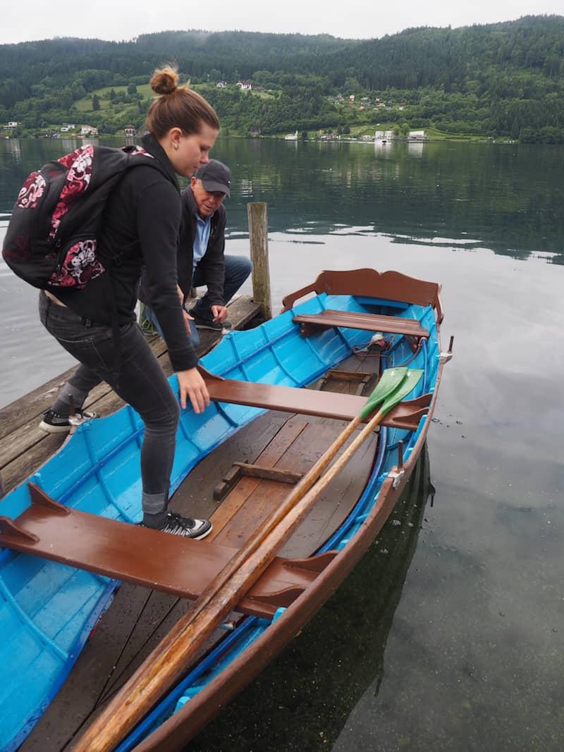 ... zunächst einmal, wie es gilt, galant ein Ruderboot zu besteigen ...