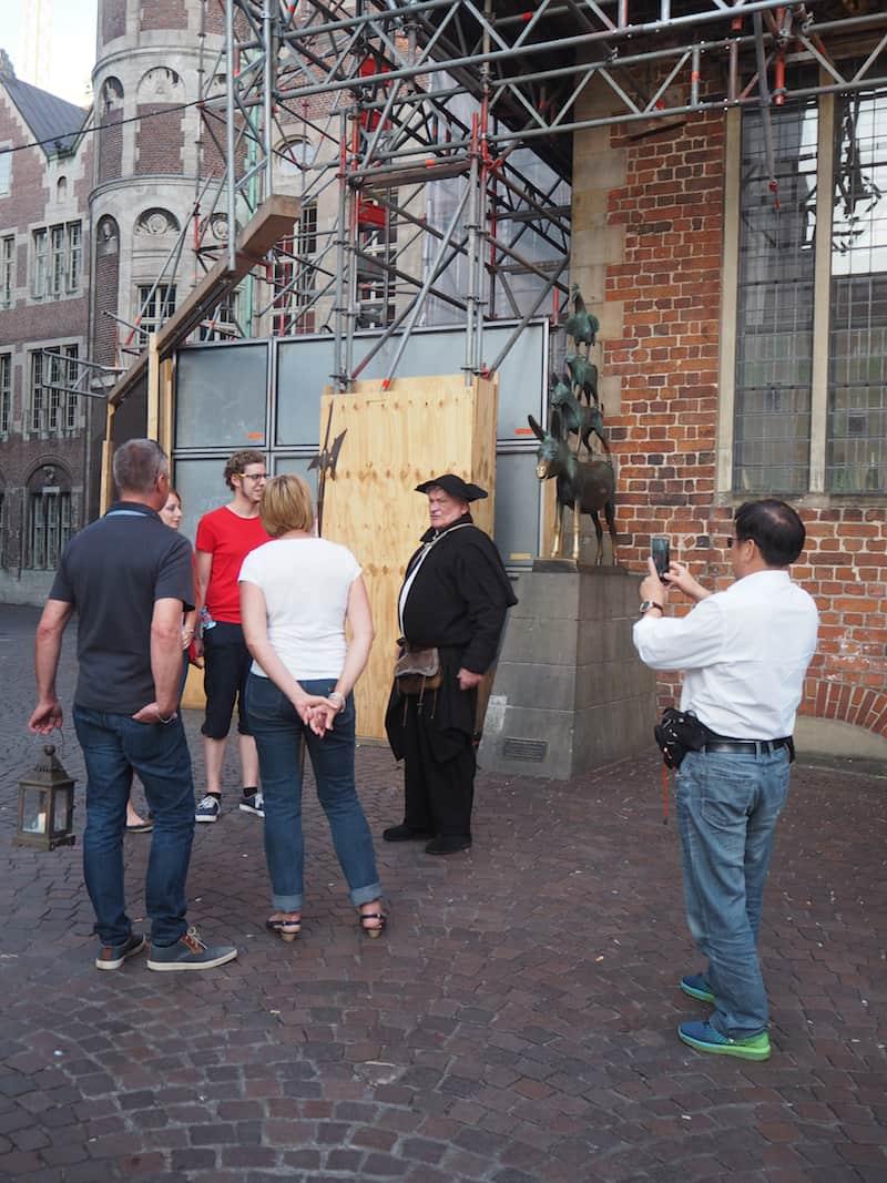 Nach und nach beginne ich, Bremen ein klein wenig zu entdecken: So eine Nachtwächterführung würde mir jetzt auch Spaß machen ...