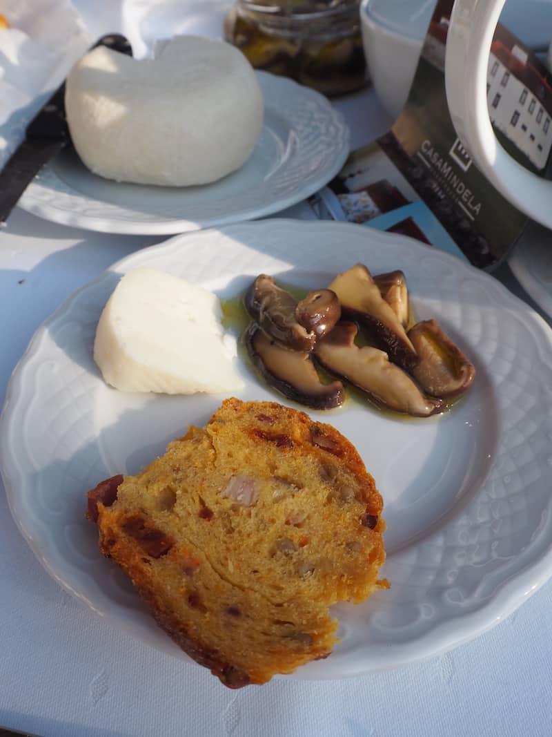 ... werden wir mit einer frischen Jause aus regionalen Produkten, wie Speckbrot, eingelegte Pilze & frischem Schafskäse ...