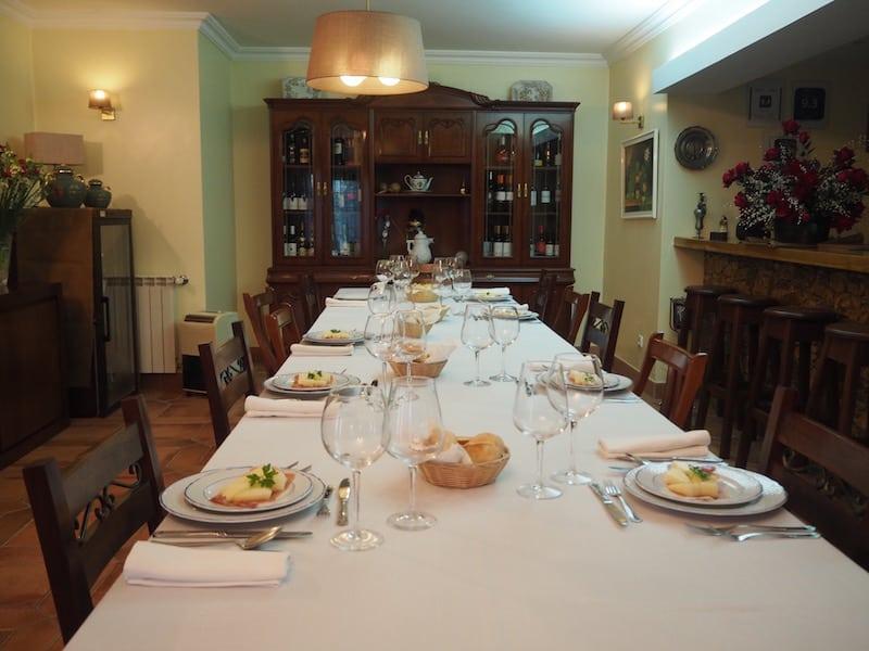 Abends erwartet uns auch hier, ein festlich gedeckter Tisch wie auch morgens beim Frühstück. Ebenfalls Goldes wert: Nach der Pilgerankunft kaum mehr einen Meter bewegen zu müssen.