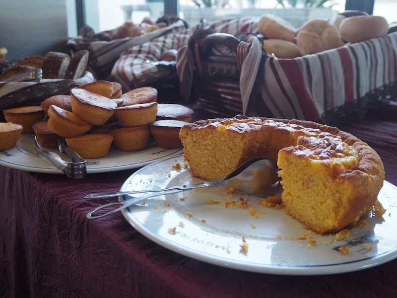 ... beim Frühstück taue ich am nächsten Morgen mit diesem köstlichen Kuchen wieder auf!