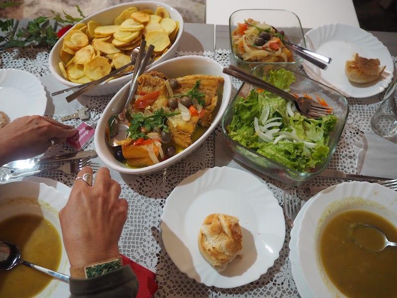 """... auch das Abendessen hier sehr, hm, pittoresk: Traditioneller """"Bacalhão"""" (Kabeljau) mit Kartoffeln, Salat & Gemüse."""