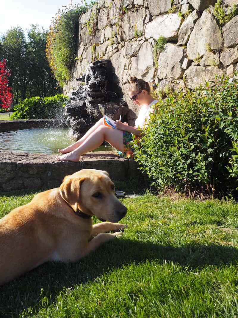 Friede beim Camino-Tagebuch-Schreiben im Garten der Familie.