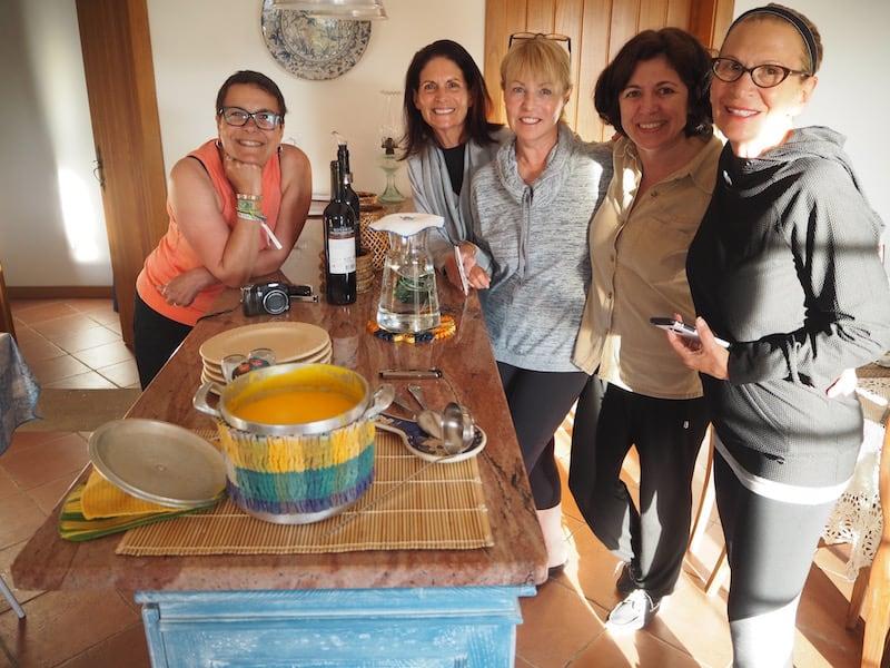 """Eine Begegnung der besonderen Art: Von links nach rechts mit meiner lieben Rita Branco, Gastgeberin """"Zezinha"""" (zweite von rechts) sowie """"den Amerikanerinnen"""" Ruth, Patti & Tina aus Colorado. Eine Freundschaft fürs Leben ist hier entstanden."""