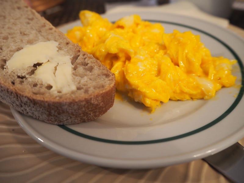 Last but not least: Wer könnte Eiern von solch intensivem Gelb, Butter von solch intensivem Geschmack und dem Geruch von frisch gebackenen Brot zum Frühstück schon widerstehen ..?