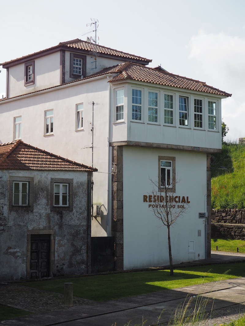Das Hotel Portas do Sol inmitten der Kleinstadt Valença ...