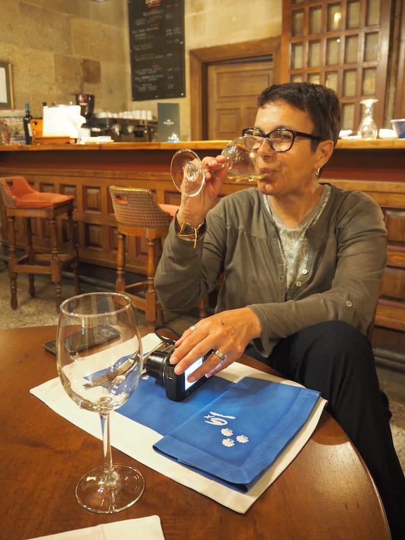 ... sowie die Möglichkeit, an der hauseigenen Bar gute, einfache Speisen und ausgezeichnete Weine ...