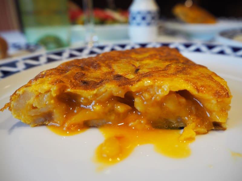 ... und zart fließender, galizianischer Tortilla, gemütlich.