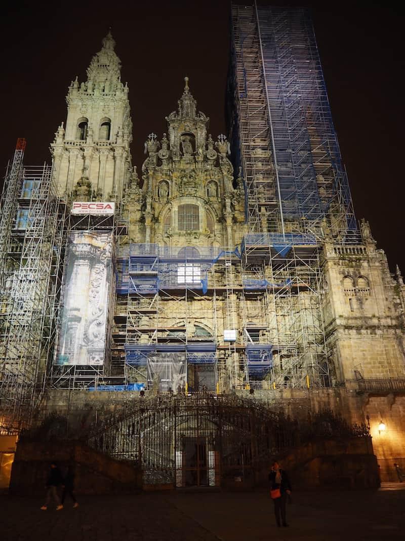 ... voller Ehrfurcht und Emotion genießen wir den Blick auf die nächtliche Kathedrale von Santiago ...