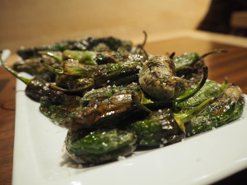 """... und speisen zum gebührenden Abschluss die berühmten """"Pimientos de Padrón"""", mit Meersalz & Olivenöl angerichtete, gebratene kleine Paprika. Köstlich!"""
