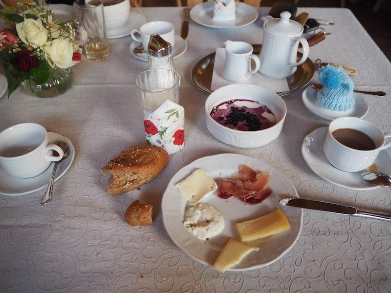 ... zaubert uns ein einfaches, köstliches, Frühstücksbuffet mit 100% regionalen Zutaten ...