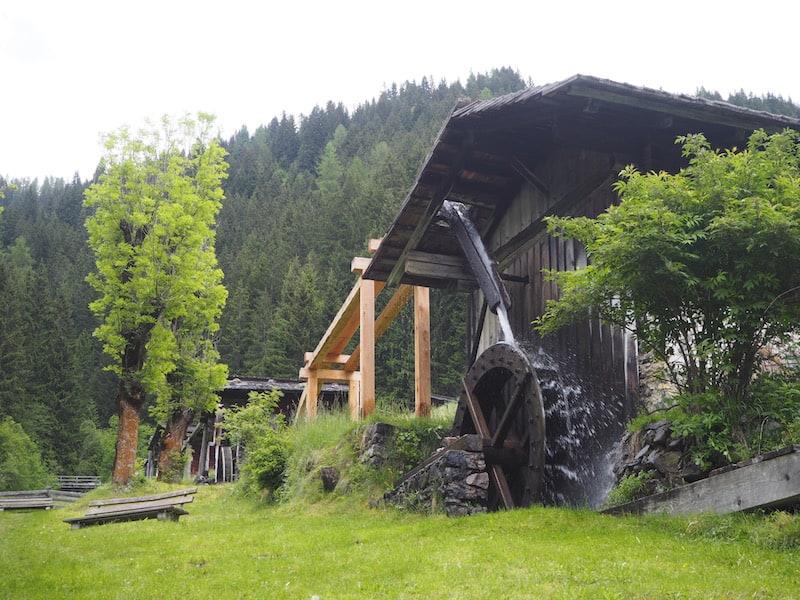 ... und erklärt uns mühelos bergauf stapfend, alles Wissenswerte zu Funktionsweise, Geschichte und Erhalt des einzigartigen Lesachtaler Mühlenwanderweges.