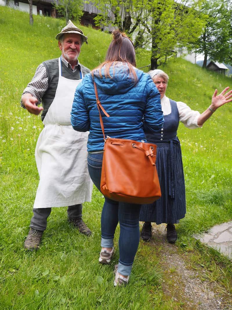 """Lesachtaler Originale: Brigitte Luger (rechts außen) bei der Begrüßung von Ingeborg (Mitte) mit ihrem Mann Leopold Lugger, welcher laut ihren Angaben """"die Knödeln macht."""" Sie selber mache """"das Internet!"""", erklärt sie uns stolz!"""