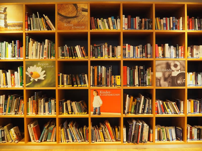 Eingangs im Biohotel Daberer ... mit Freude blickt die Autorin auf die proßzügige Bücherwand im Gemeinschaftsbereich des Hauses ...