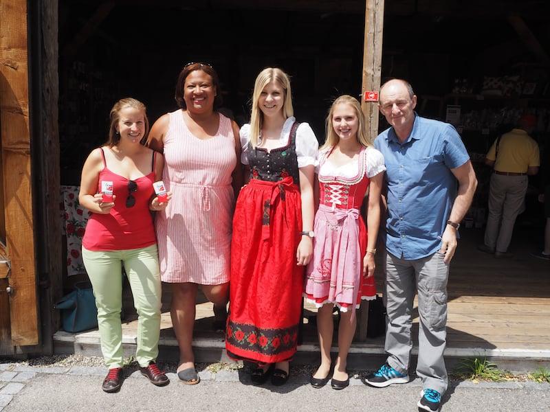 Der Empfang im Mohndorf Armschlag, komplett mit Mohndirndl-Tracht der hiesigen Mädchen ...