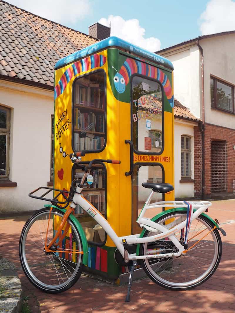 Schmuckes Fahrrad: Unterwegs zur Farbenpracht in der Lüneburger Heide, hier an der Telefon-Bücherzelle von Schneverdingen!