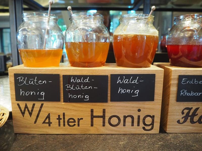 ... mit lokalen Produkten wie dem Waldviertler Bienenhonig oder dem frischen Schafmilch-Joghurt los.