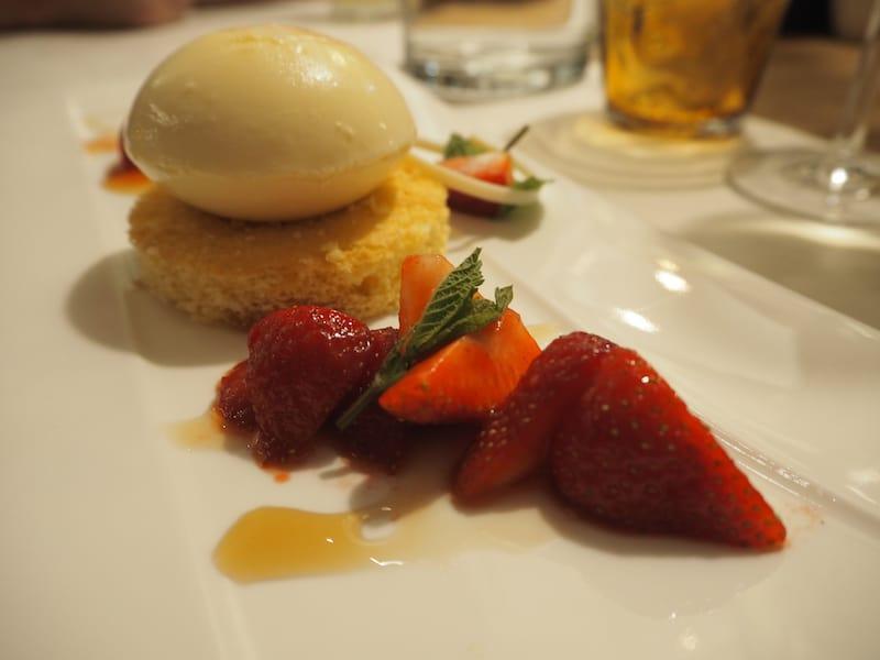 ... und gerade jetzt ist Holunderparfait mit Erdbeeren genau der richtige Genuss für laue Sommernächte.