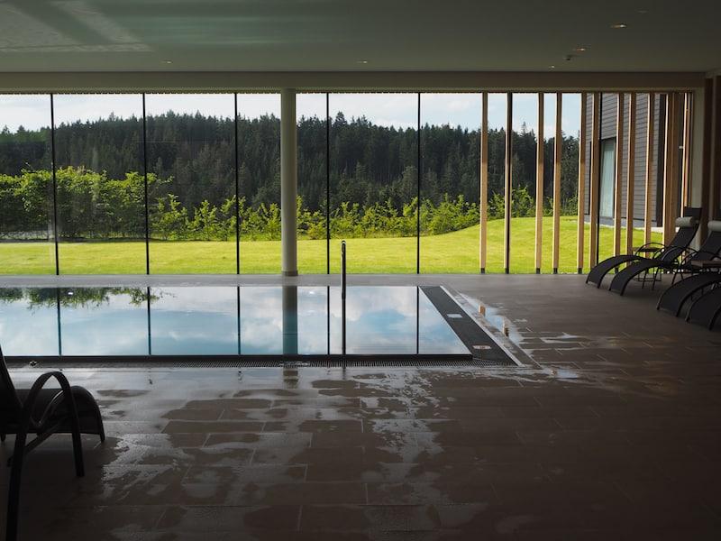 Blick auf den neuen Indoor-Pool des Hauses ...