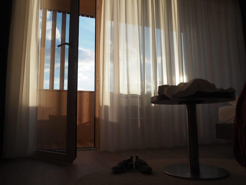 Was ich besonders genüsslich finde: Die lange Abendsonne, die sich bis spät abends zu mir ins Zimmer zieht ...
