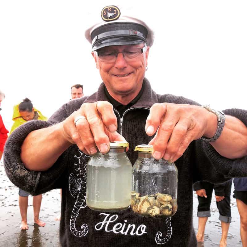 """... denn """"Muscheln, so müsst Ihr wissen wenn Ihr sie esst, sind die Nieren des Wattenmeer: Sie filtern sämtliche Stoffe aus dem Meerwasser und verarbeiten sie"""", demonstriert Heino hier eindrucksvoll am sauberen Glas des durch die Muscheln gefilterten Meerwassers."""