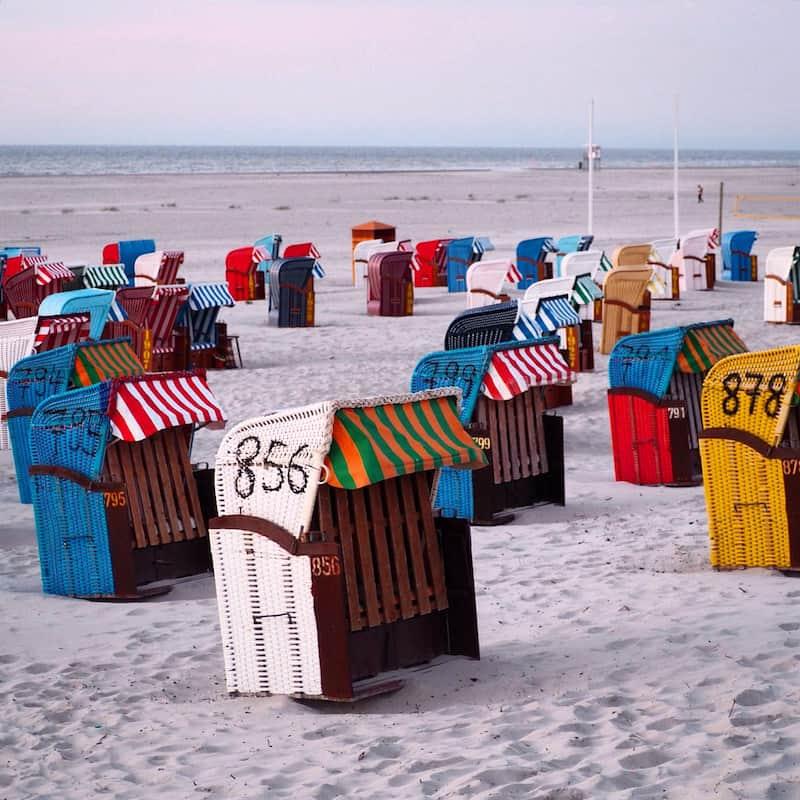 Bleibt nur noch, Euch zu guter Letzt in einen der bunten Strandkörbe zu pflanzen und all die Inspiration, die Ruhe und Gemütlichkeit auf Euch wirken zu lassen ...