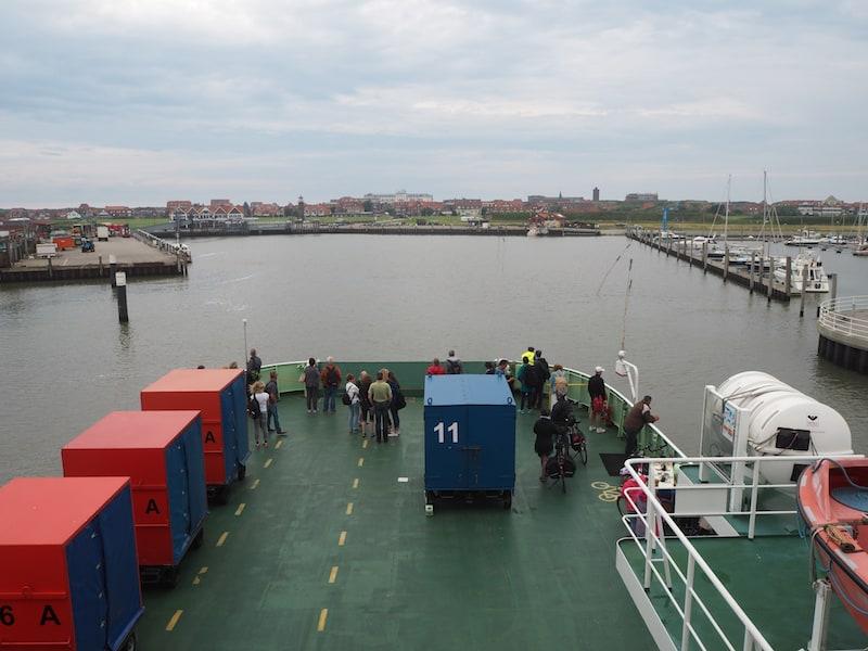 ... dauert knapp 90 Minuten und bringt samt Passagieren auch die nötige Verpflegung mit auf die Insel Juist.