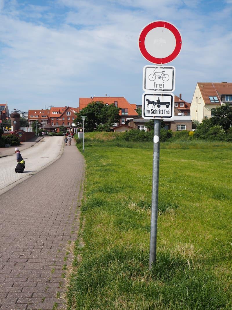 ... Vorsicht ist geboten auf Juist: Pferden (und Fahrrädern) ist stets Vorrang zu gewähren!