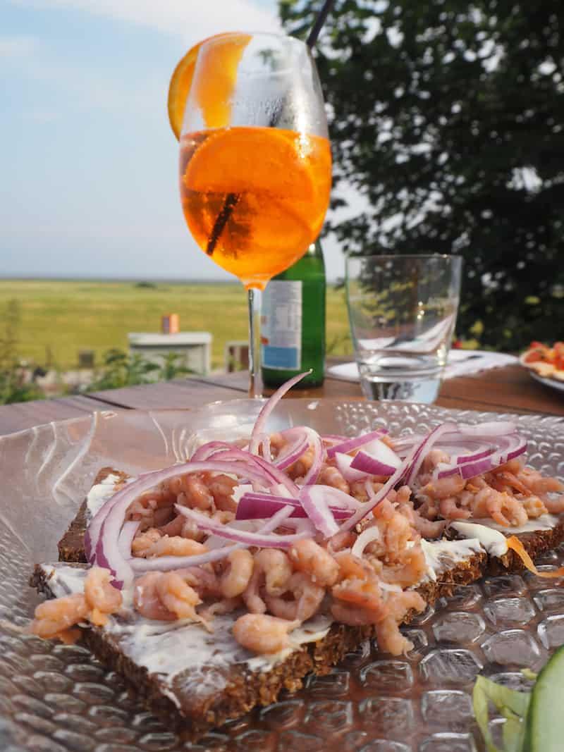 Einer von vielen #Genussreisetipps hier im hohen Norden: Das Flugplatz-Restaurant am östlichen Ende der Insel mit ihrem leckeren Nordseekrabben-Brötchen. Dazu passt ein Glas Aperol Spritz, um den ersten Abend perfekt ausklingen zu lassen ...
