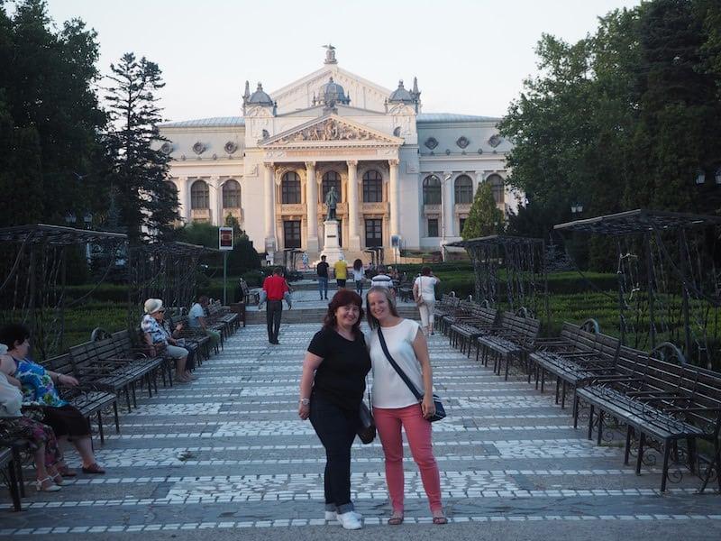 Ankunft und erste Stadt-Erkundung von Iaši mit meiner Gastgeberin Lacra vor dem Stadttheater ...